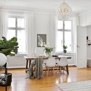 Exempel på ett klassiskt vardagsrum, med vita väggar, mellanmörkt trägolv och orange golv