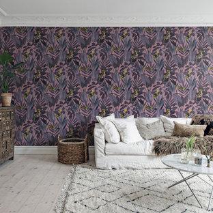Minimalistisk inredning av ett vardagsrum, med lila väggar, ljust trägolv och grått golv