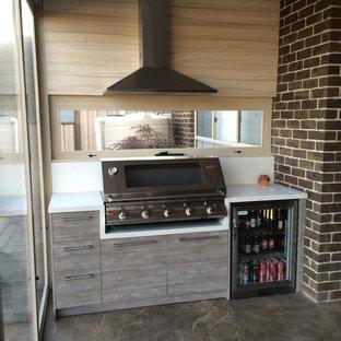 Aménagement d'un petit porche avec une cuisine extérieure arrière contemporain avec une extension de toiture.
