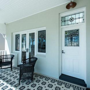 Idee per un patio o portico chic di medie dimensioni e davanti casa con piastrelle