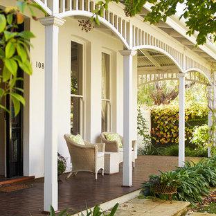 Foto di un patio o portico vittoriano davanti casa con pedane e un tetto a sbalzo