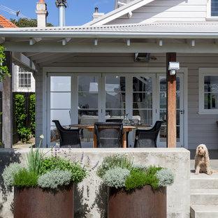 Esempio di un patio o portico moderno davanti casa