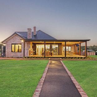 Imagen de terraza ecléctica, grande, en patio trasero y anexo de casas, con chimenea y entablado