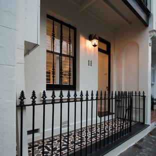 Foto di un piccolo portico vittoriano con piastrelle