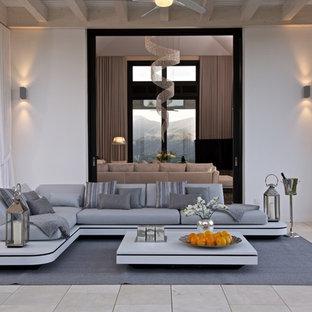 Foto de terraza clásica renovada, extra grande, en anexo de casas y patio trasero, con jardín de macetas y suelo de baldosas