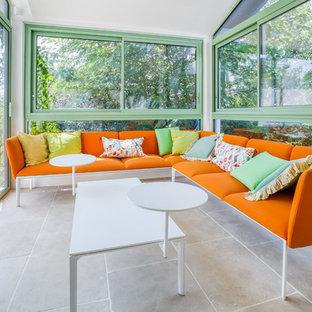 Aménagement d'une véranda contemporaine avec aucune cheminée, un plafond standard et un sol beige.
