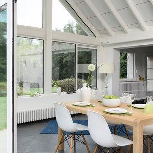 Exemple d'une véranda tendance de taille moyenne avec un sol en carrelage de céramique, aucune cheminée, un plafond standard et un sol gris.