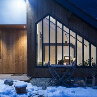 Foto de galería escandinava, de tamaño medio, sin chimenea, con suelo de baldosas de cerámica y techo con claraboya
