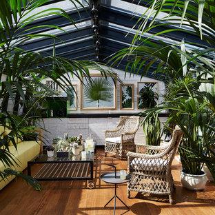 Idées déco pour une véranda contemporaine de taille moyenne avec un sol en bois brun et un puits de lumière.