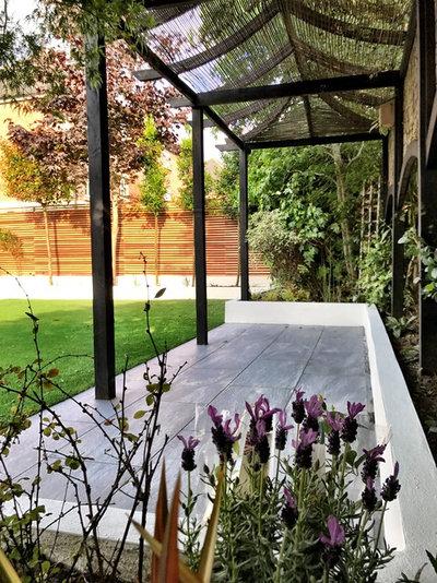 Contemporary Garden by Kebur Garden Materials