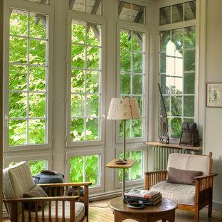 Cette image montre une véranda traditionnelle de taille moyenne avec un sol en bois brun, un plafond standard et aucune cheminée.