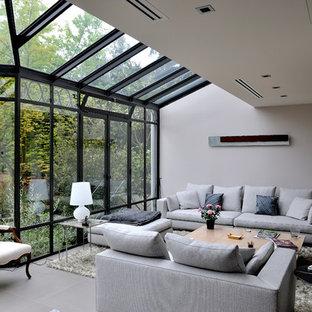 Modelo de galería contemporánea, de tamaño medio, sin chimenea, con techo de vidrio, suelo de baldosas de cerámica y suelo gris