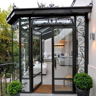 Cette image montre une véranda traditionnelle de taille moyenne avec un sol en carrelage de céramique et un plafond en verre.