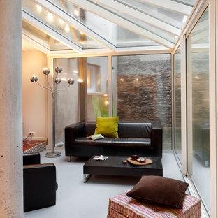 Inspiration pour une véranda design de taille moyenne avec un plafond en verre et aucune cheminée.
