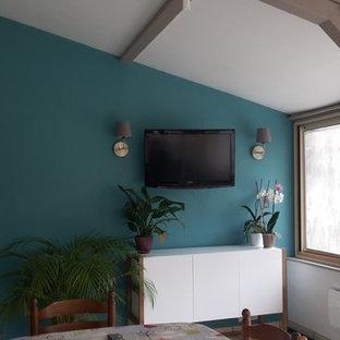 Imagen de galería nórdica, de tamaño medio, con suelo de baldosas de cerámica, techo estándar y suelo beige
