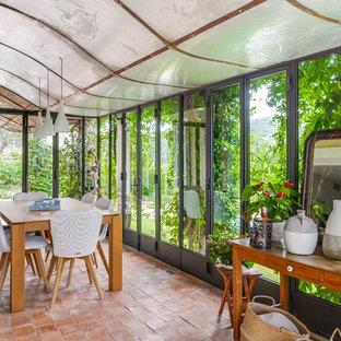 Inspiration pour une véranda nordique de taille moyenne avec un sol en carreau de terre cuite, un plafond standard et un sol rose.