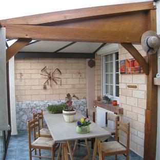 Inspiration för mellanstora lantliga uterum, med klinkergolv i keramik och grönt golv