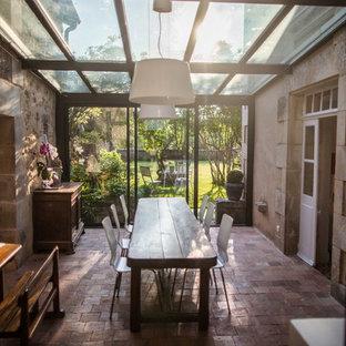 Cette image montre une véranda rustique avec un plafond en verre.