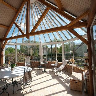 Inspiration pour une véranda traditionnelle avec un sol en carrelage de céramique et un plafond en verre.