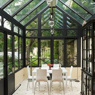 Cette photo montre une véranda victorienne de taille moyenne avec aucune cheminée et un plafond en verre.