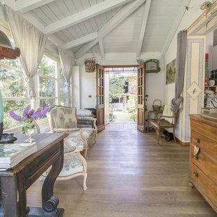 Esempio di una veranda country con pavimento in legno massello medio, soffitto classico e pavimento bianco
