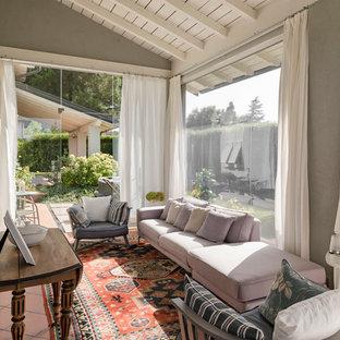 Esempio di una veranda mediterranea di medie dimensioni con pavimento in terracotta e pavimento rosso