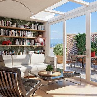 Esempio di una veranda contemporanea di medie dimensioni con parquet chiaro, soffitto in vetro e pavimento marrone