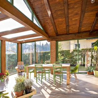 Foto di una veranda country con nessun camino, soffitto classico e pavimento marrone