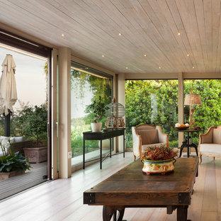 Ispirazione per una veranda design con parquet chiaro, soffitto classico e pavimento beige