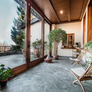 Foto di una veranda country di medie dimensioni con pavimento in pietra calcarea, soffitto classico e pavimento grigio