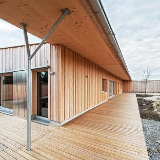 Foto di un portico industriale con pedane e un tetto a sbalzo