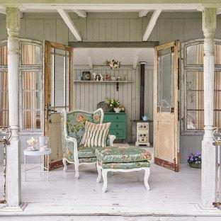Idee per un portico stile shabby di medie dimensioni e dietro casa con pedane e un tetto a sbalzo