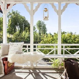 Ispirazione per un portico stile shabby con pedane e un tetto a sbalzo