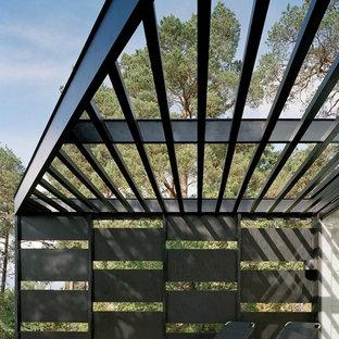 Immagine di un grande portico scandinavo dietro casa con pedane e una pergola