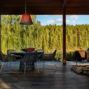Выдающиеся фото от архитекторов и дизайнеров интерьера: веранда среднего размера в современном стиле с настилом, навесом и открытым огнем