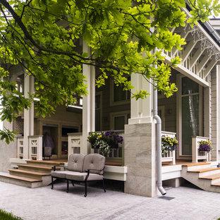 Свежая идея для дизайна: большая веранда на заднем дворе в стиле современная классика с навесом - отличное фото интерьера