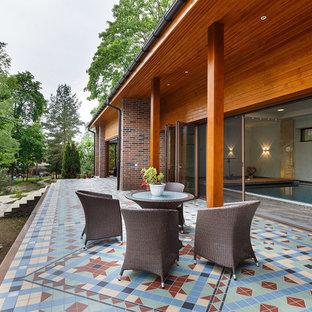 Свежая идея для дизайна: веранда среднего размера в современном стиле с дорожками из плитки - отличное фото интерьера