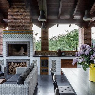 Idées déco pour un porche avec une cuisine extérieure méditerranéen avec une extension de toiture.