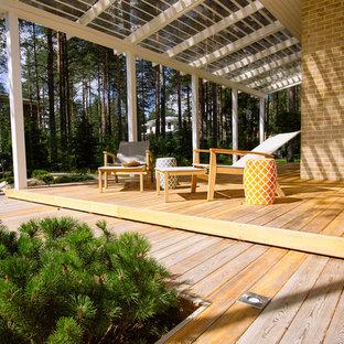 Modelo de terraza clásica renovada, pequeña, con entablado