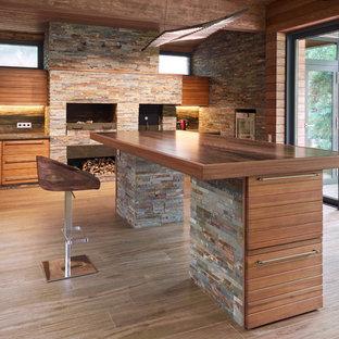 Новые идеи обустройства дома: веранда среднего размера на переднем дворе в современном стиле с летней кухней, настилом и навесом