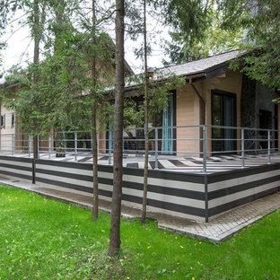 Новый формат декора квартиры: веранда на боковом дворе в современном стиле с настилом