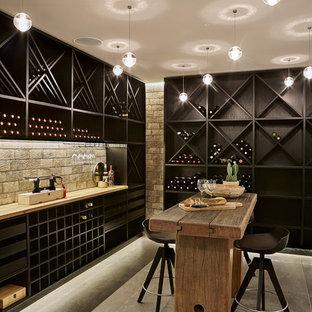 Inspiration pour une cave à vin nordique avec béton au sol et des casiers losange.