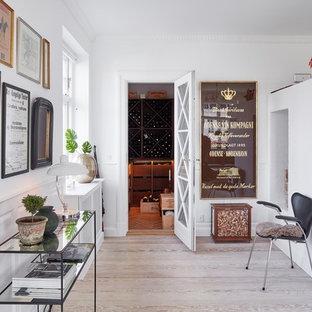 エスビャールの北欧スタイルのおしゃれなワインセラー (無垢フローリング、ワインラック、茶色い床) の写真