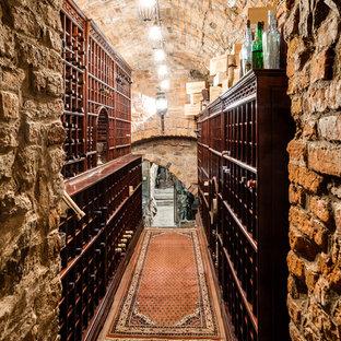 Foto på en rustik vinkällare