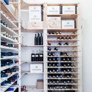 ストックホルムの北欧スタイルのおしゃれなワインセラーの写真