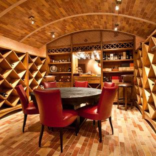 Выдающиеся фото от архитекторов и дизайнеров интерьера: винный погреб в классическом стиле с ромбовидными полками