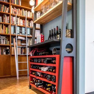 ミラノの小さいエクレクティックスタイルのおしゃれなワインセラー (無垢フローリング、ワインラック、茶色い床) の写真