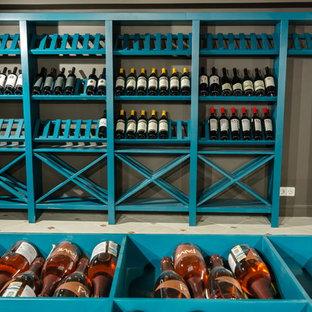 Inspiration för en lantlig vinkällare, med vinhyllor