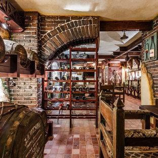 他の地域のエクレクティックスタイルのおしゃれなワインセラー (ワインラック、茶色い床) の写真