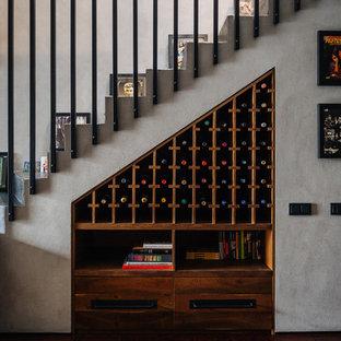 Идея дизайна: винный погреб в современном стиле с паркетным полом среднего тона, стеллажами и коричневым полом